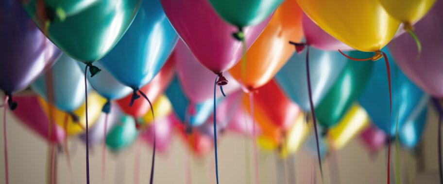 Balões de festa coloridos simbolizando o aniversario da genera de 10 anos