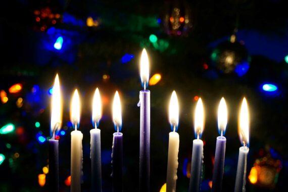 Topo de uma chanuquiá com todas as velas acesas