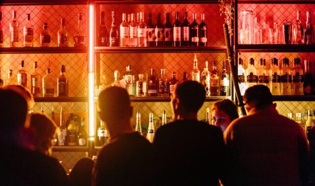 Várias pessoas no balcão de um bar